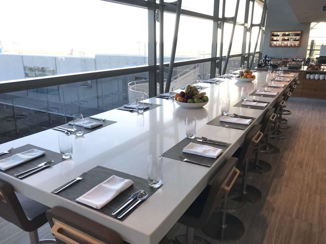 ブリスベン空港のカンタスラウンジのテーブル