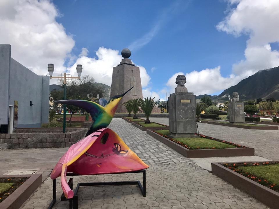 赤道記念碑のモニュメント