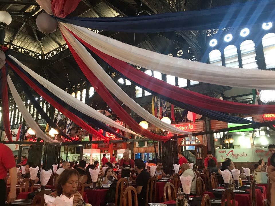 サンティアゴの市場内のレストラン