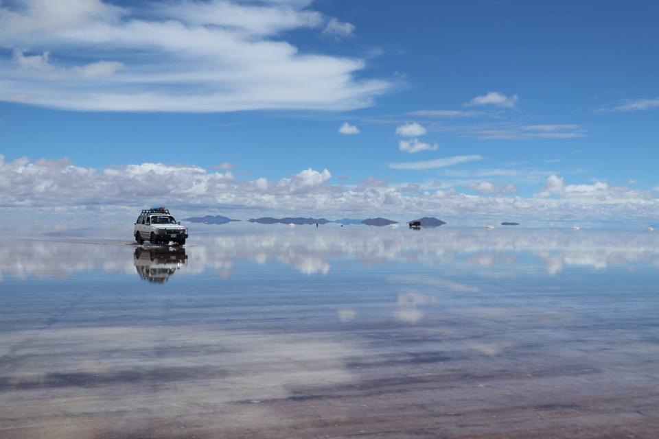 ウユニ塩湖のランドクルーザー