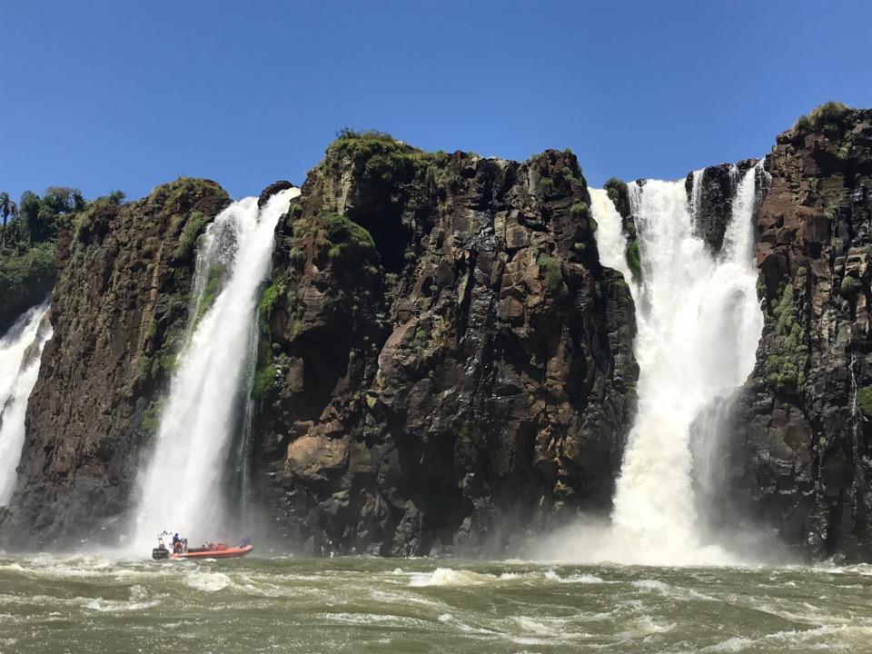 滝に突っ込むボート