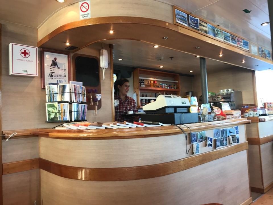 船内のカフェ