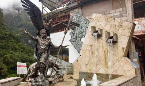 マチュピチュ村の銅像