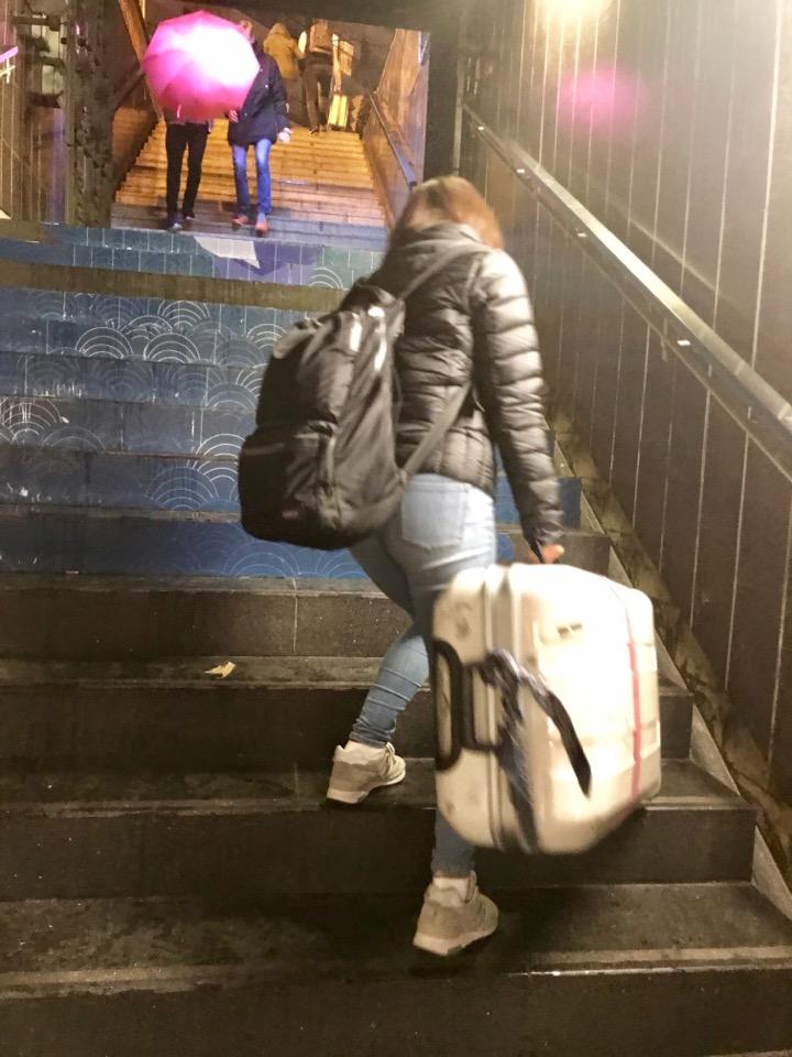 階段を登る嫁